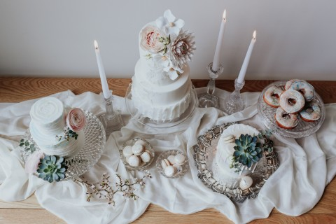 AN OPALESCENT ELOPEMENT WITH A MODERN ROMANTIC WEDDING STYLE